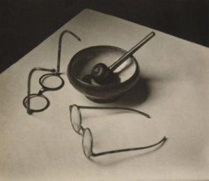 André Kertesz - Lunettes et pipe de Mondrain (1926)