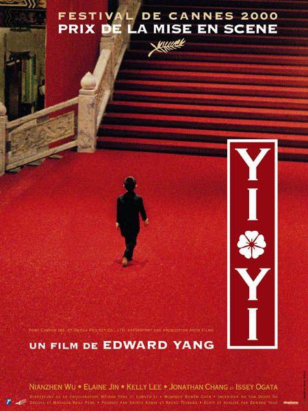 Yi Yi est un film d'Edward Yang sorti en l'an 2000 et ayant reçu le prix de la mise en scène au Festival de Cannes de la même année. Il traite de la perte, du cours de la vie ainsi et engage une réflexion sur la création artistique. Il met en scène une famille de Taiwanais aux prises avec différents événements de la vie tels qu'une grossesse non désirée, des problèmes financiers, le coma puis le décès de la grand mère de la famille, les premières amours d'une adolescente et le retour du père sur son amour de jeunesse. Si tous ces thèmes s'enchevêtrent, il n'en ressort aucun propos définitif, aucune conclusion imposée. D'ailleurs, les personnages sont souvent suivis par une camera lointaine, comme si le spectateur les observait de loin et ne pouvait avoir accès à leur psychologie ou à leurs sentiments qu'au travers de leurs dires, de leurs actes et de la mise en scène. Ce qui est frappant est que la plupart des personnages subissent la situation dans laquelle ils se trouvent. C'est vrai du jeune garçon et de l'adolescent de la fille et cela tient avant tout à leur age qui ne leur permet pas de faire encore des choix indépendants. Il reste qu'ils sont souvent mis en scène dans une situation d'observateur ou comme passager d'un véhicule, éventuellement endormi. Mais cela est aussi vrai pour les autres membres de la famille. Le film s'ouvre sur le mariage du frère de NJ, le père de la famille. On comprend immédiatement que la joie n'est pas à son comble et que le mariage est sous-tendue par la grossesse de la mariée. On fait pourtant semblant et on fête l'événement en grand, ce qui contraste avec la tristesse de la grand mère qui commence à aller mal et du petit garçon Yi Yi qui se fait embêter par des filles plus agées que lui. Son père ne rayonne pas non plus et finit par l'emmener manger dans un fast food. Sa soeur vit pendant le cours du film une amitié chaotique avec sa nouvelle voisine de palier au cours de laquelle elle assiste aux disputes de celles-ci avec son 